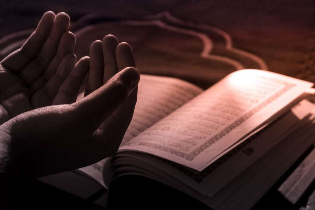 man praying and reading Quran to show the best way to learn Quran online
